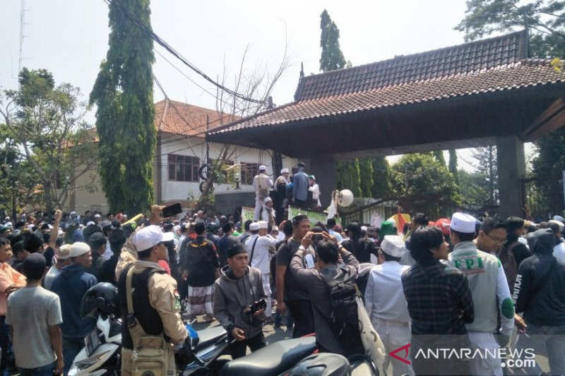 Kantor Bupati Cianjur diduduki seribuan warga Cikalongkulon