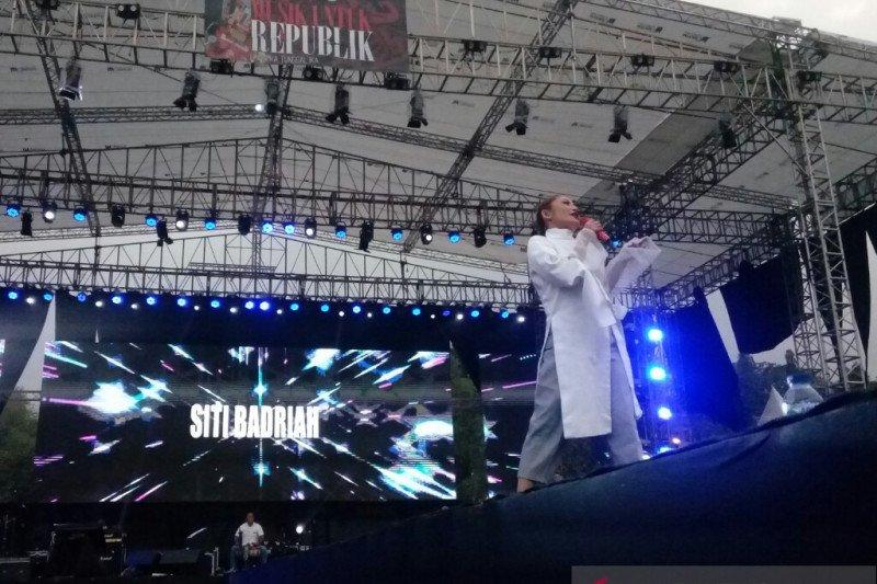 Pedangdut Siti Badriah suarakan perdamaian di konser