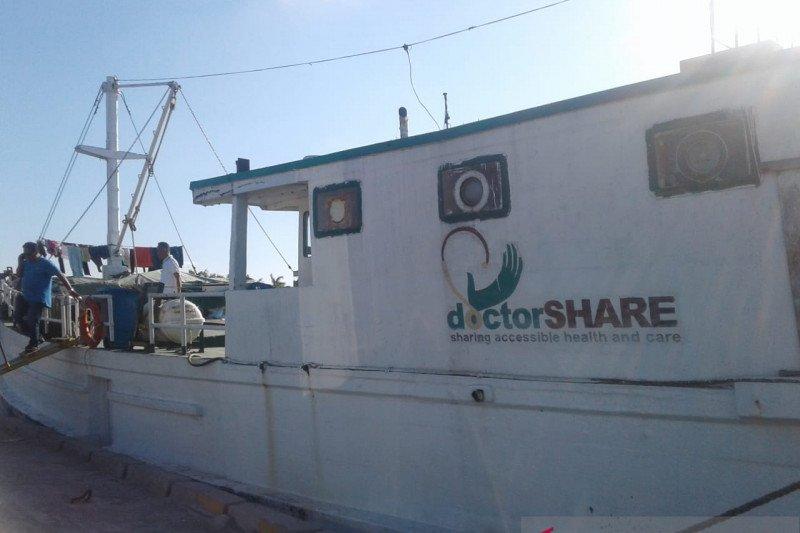 Obati masyarakat, rumah sakit apung sandar di pelabuhan Baubau