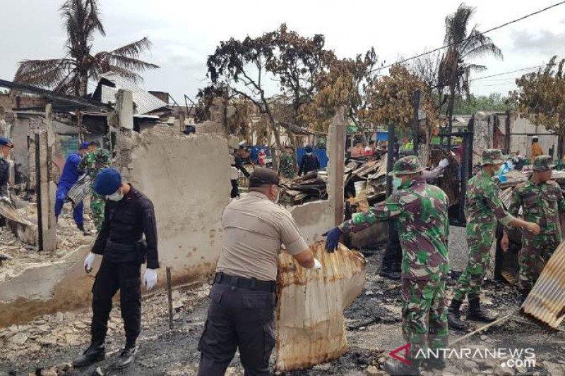 TNI-Polri bersihkan puing-puing kebakaran usai unjuk rasa di penajam