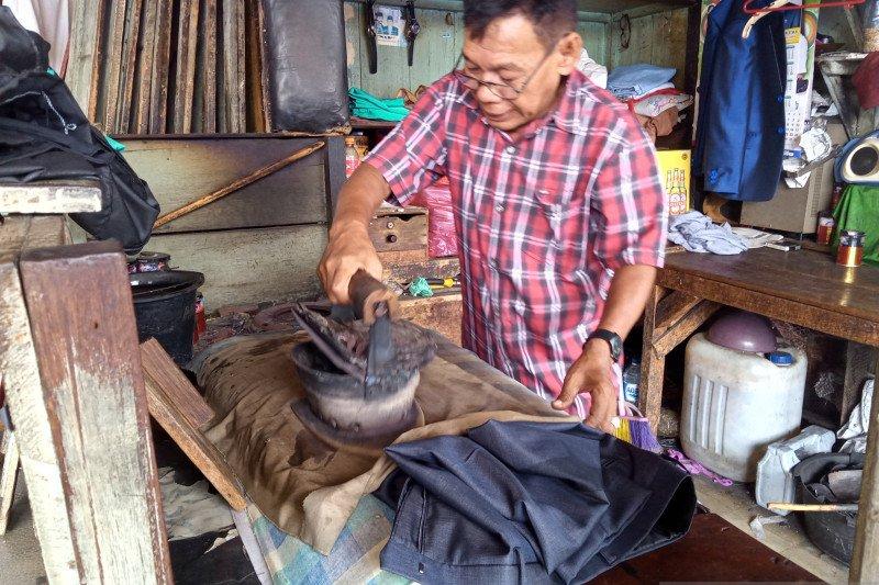 Jasa setrika arang tetap bertahan di Pasar Raya Padang