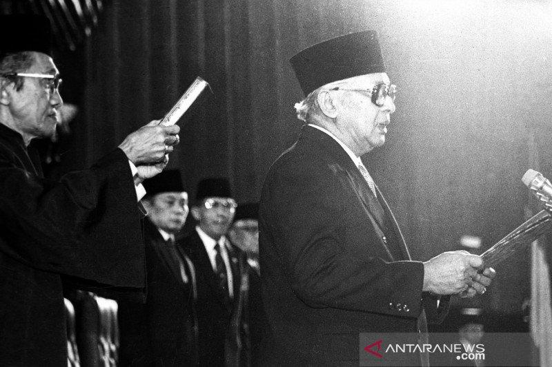 Catatan sejarah - Mulai Pemimpin Besar Revolusi hingga Bapak Pembangunan