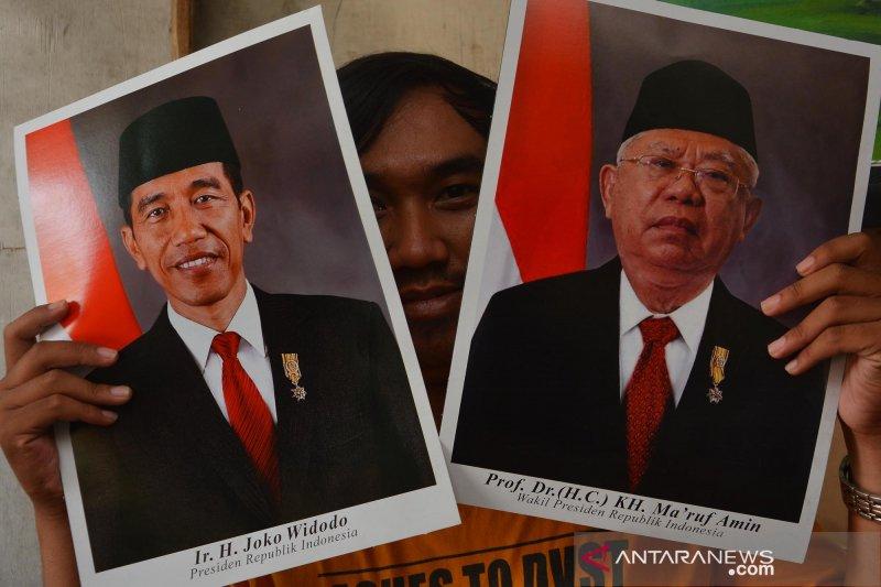Pedagang bingkai poster Presiden dan Wapres terpilih