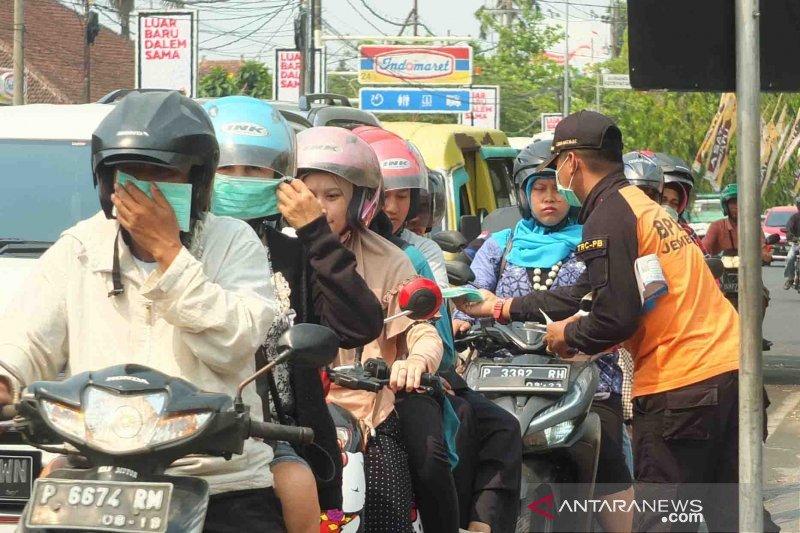 BPBD Jember bagikan masker gratis atas debu Karhutla