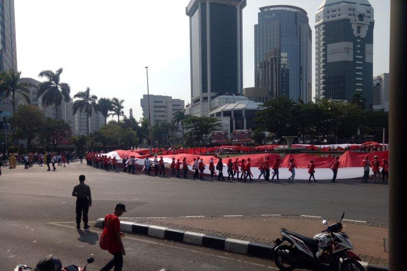 Relawan  Jokowi-Ma'ruf bentangkan Bendera Merah Putih 200 meter