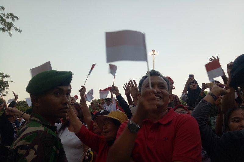 Masyarakat nyanyikan lagu daerah saat menunggu ditemui Jokowi-Ma'ruf