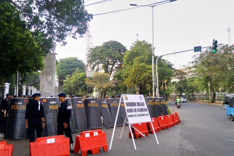 Petugas berlakukan penjagaan berlapis di sekitar gedung parlemen