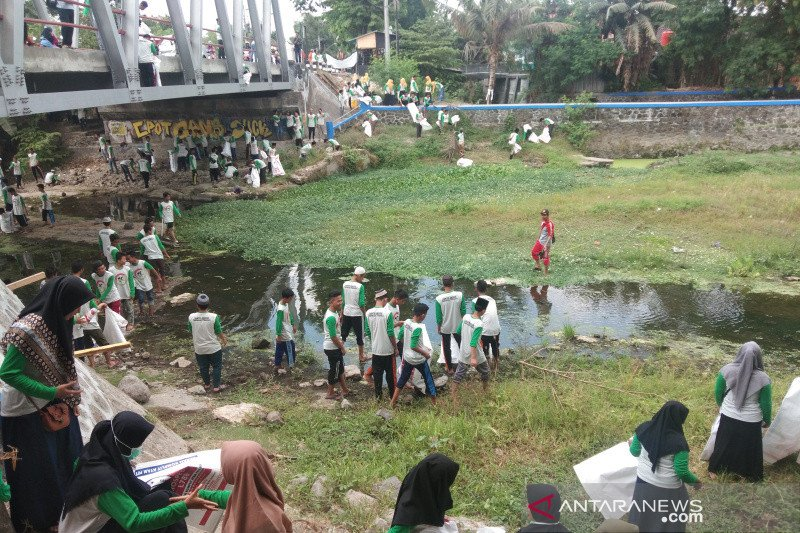 Ribuan santri Bantul membersihkan Sungai Winongo
