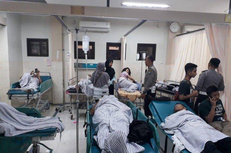 Sebanyak 20 orang luka-luka akibat bus pariwisata sekolah terguling