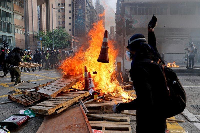 Pawai damai Hong Kong dinodai pembakaran di luar gedung pengadilan