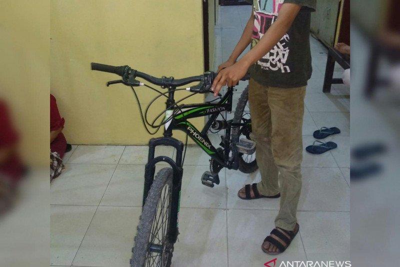 Nekat merampas sepeda, AA diringkus di rumahnya di Tenayan Raya