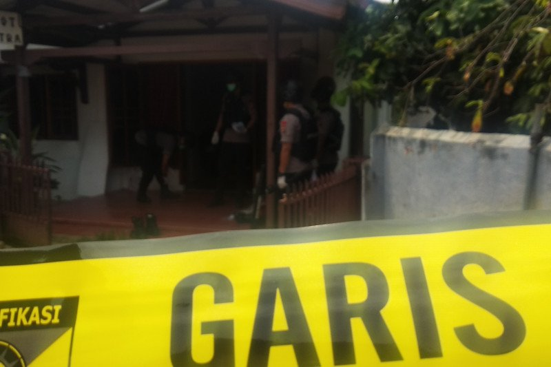 Warga Enggal heboh, Densus 88 menggeledah rumah di Kelurahan Pelita