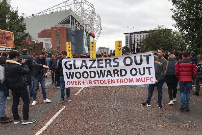 "Aksi protes ""Pecat Woodward"" warnai laga MU vs Liverpool"