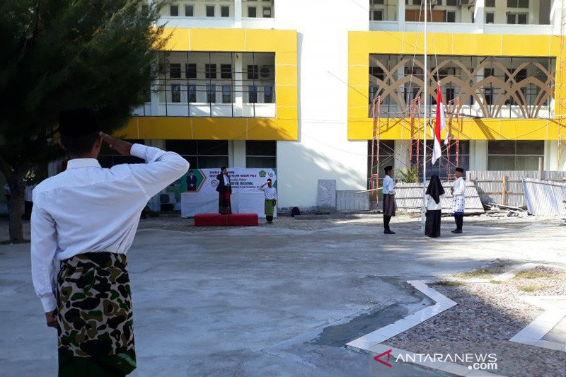 Civitas akademik IAIN Palu pakai sarung ikut upacara Hari Santri