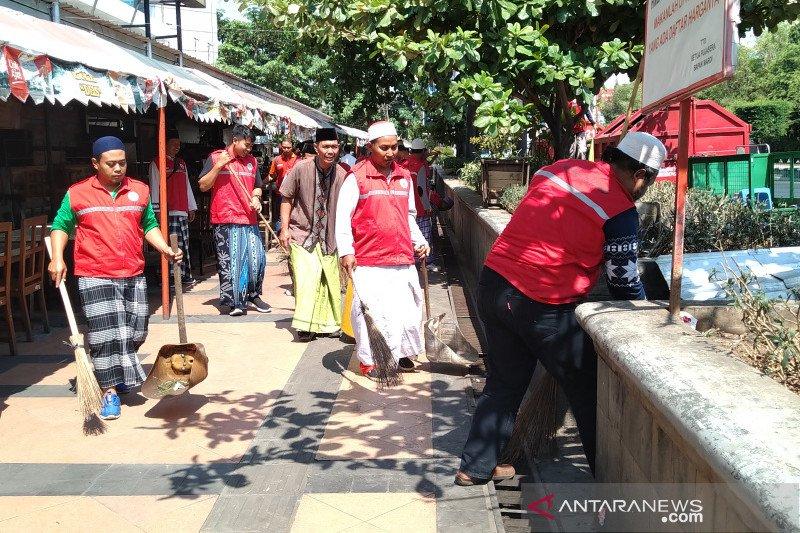 Penyapu jalan Semarang berbusana ala santri pada Hari Santri