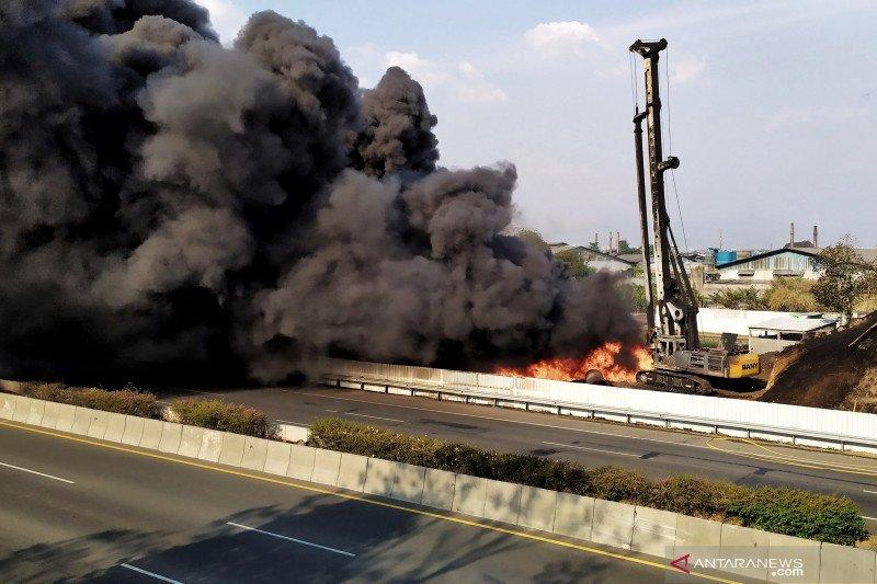 Kebakaran pipa minyak di KM 129 Tol Purbaleunyi, seorang tewas