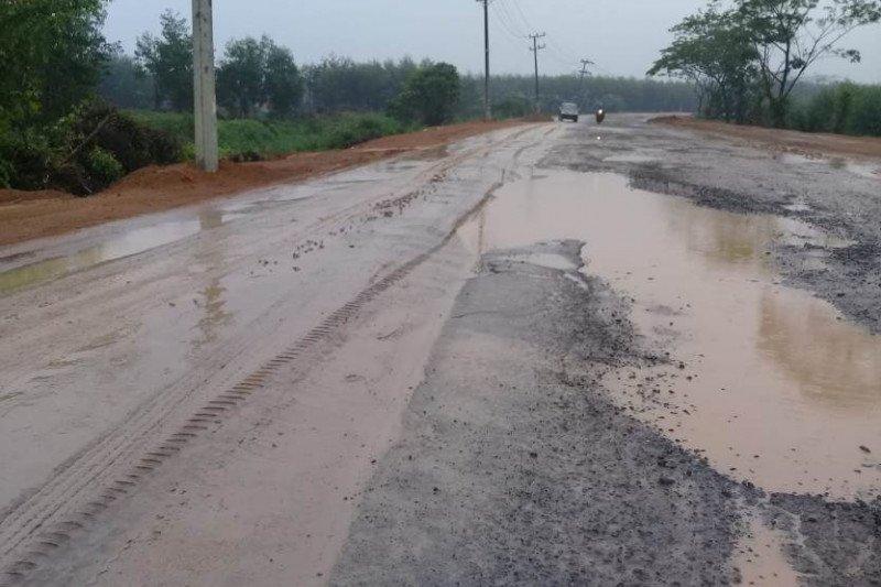 Hati-hati melintas di Jambi-Muarasabak, jalan licin hingga 8 kilometer