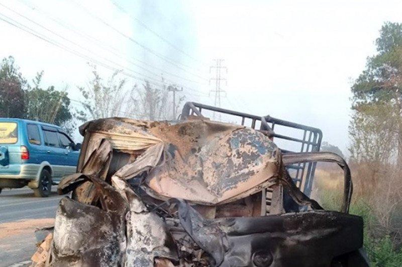Lakalantas tewaskan enam orang, truk timpa pikap hingga terbakar