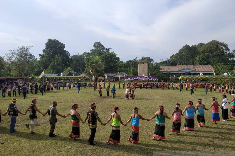 Festival budaya Suku Dayak Kayaan Mendalam meriah
