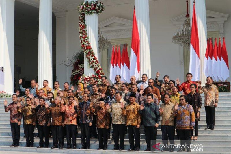 Belasan menteri dipercaya Presiden Jokowi tetap jabat lembaga sama