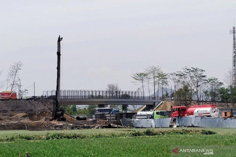 Polisi periksa pekerja proyek di area kebakaran pipa minyak di Cimahi