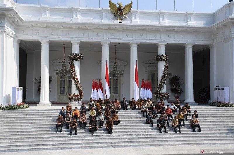 Belasan menteri dipercaya Jokowi tetap jabat lembaga sama