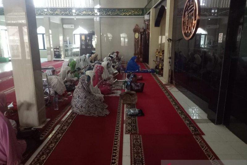 Masyarakat Palembang melaksanakan tradisi Rebo Kasan yang nyaris punah