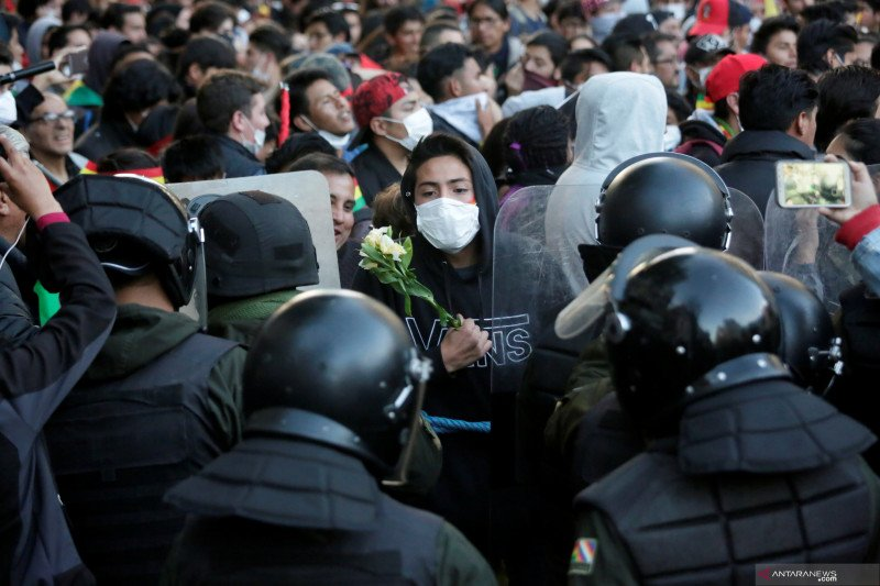 Polisi Bolivia terlihat bergabung dengan protes anti-Morales