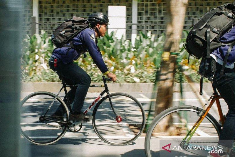 Kurir sepeda kebanjiran order, meski cuaca panas landa Jakarta