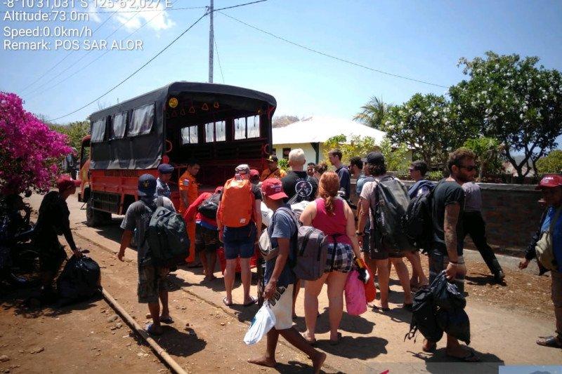 SAR menyelamatkan belasan wisatawan kapal tenggelam di Alor