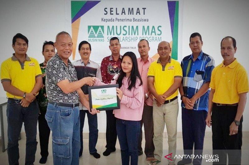 PT MAS dan PT SSM salurkan beasiswa untuk mahasiswa asal desa sekitar perusahaan