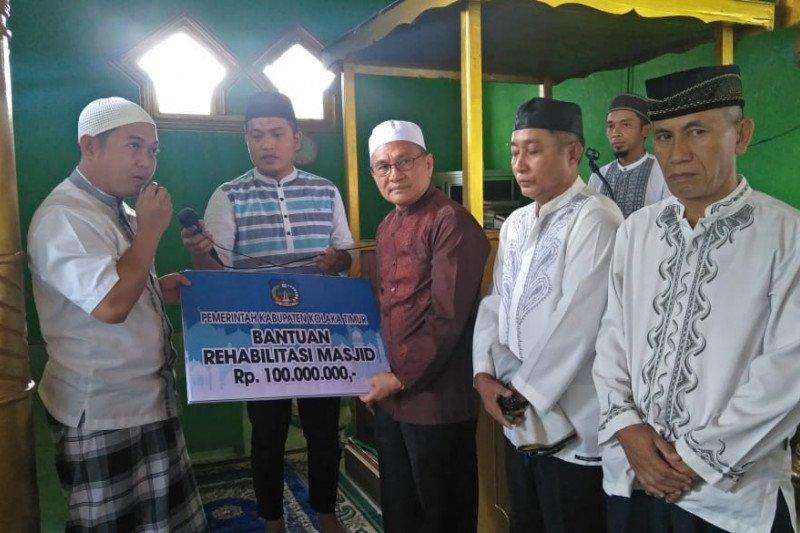 Pemda Kolaka Timur Salurkan Bantuan Pembangunan Majid di Tatabu Rp100 Juta