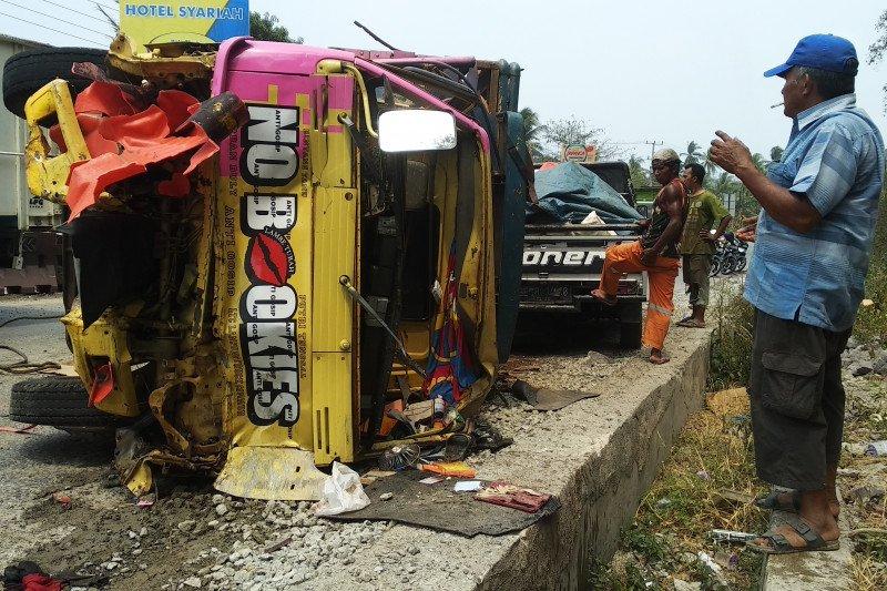 Kecelakaan maut truk tabrak dua motor, empat orang tewas