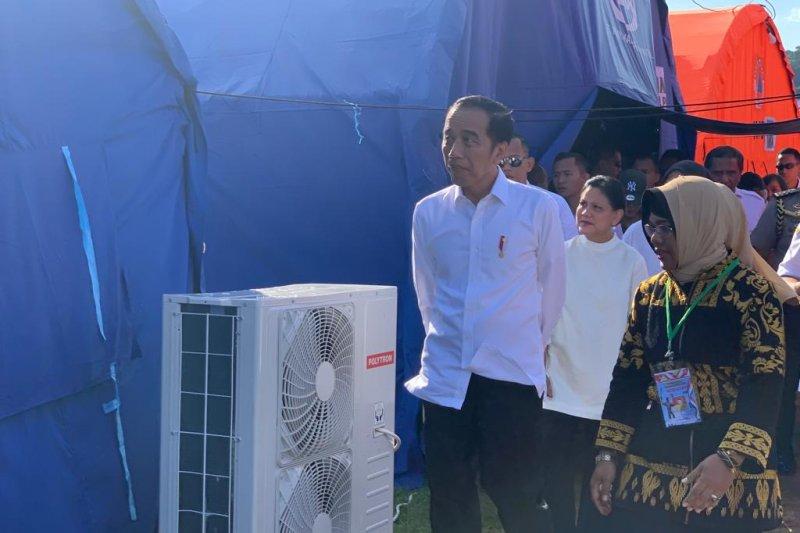 Presiden Jokowi disambut antusias saat tinjau posko pengungsi di Ambon