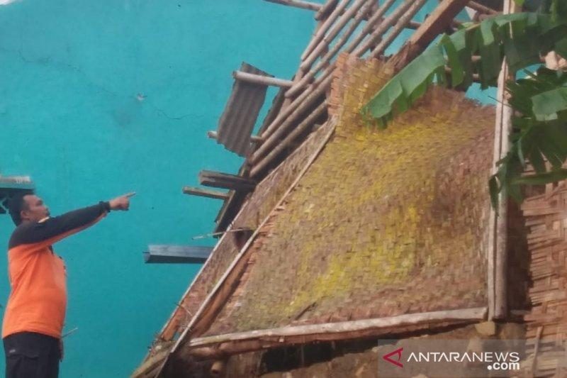 Dua kecamatan di Sukabumi dilanda angin puting beliung