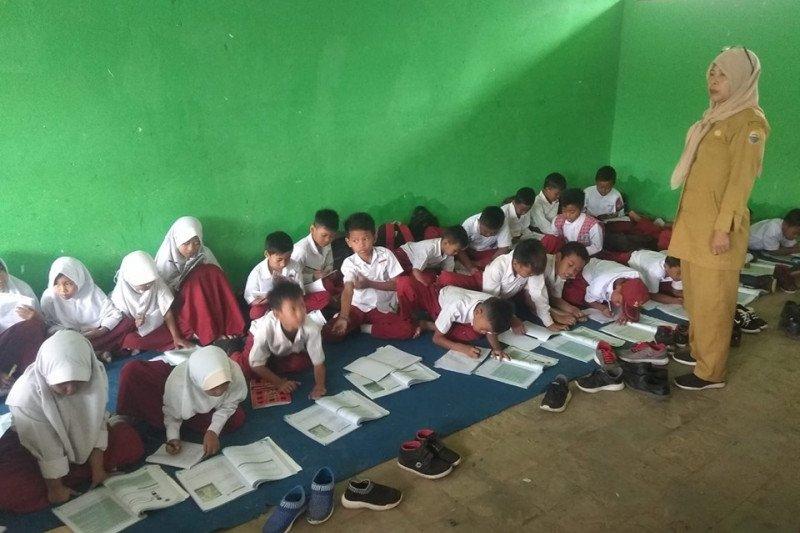 Miris, siswa SDN belajar di lantai