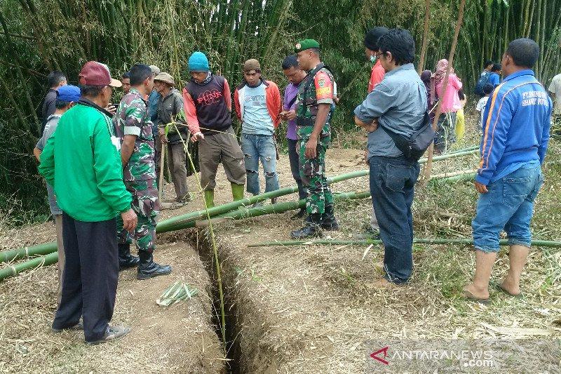 Tanah retak mengancam bahaya pemukiman rumah penduduk di Garut