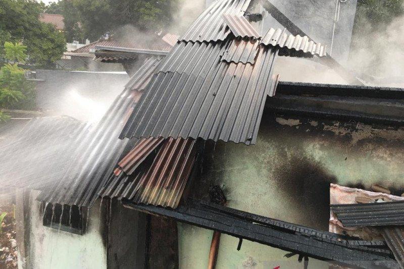 Rumah dua lantai terbakar diduga akibat colokan hp korslet