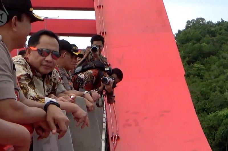Mendagri tinjau Jembatan Holtekamp yang akan diresmikan Presiden Jokowi
