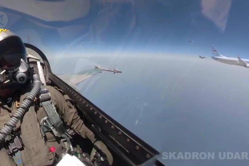 Water Salute & F-16 penghormatan TNI AU untuk Wapres JK