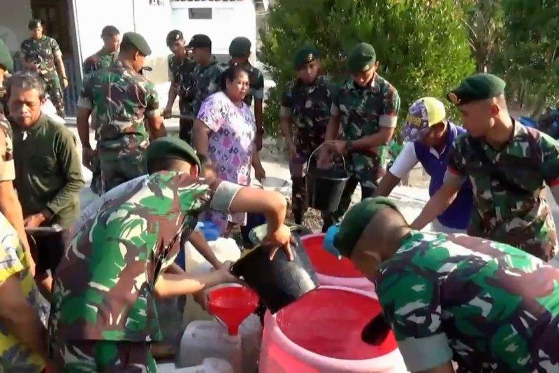 Tiga bulan krisis, Yonarmed 12  kirim air bersih ke Desa Kerek