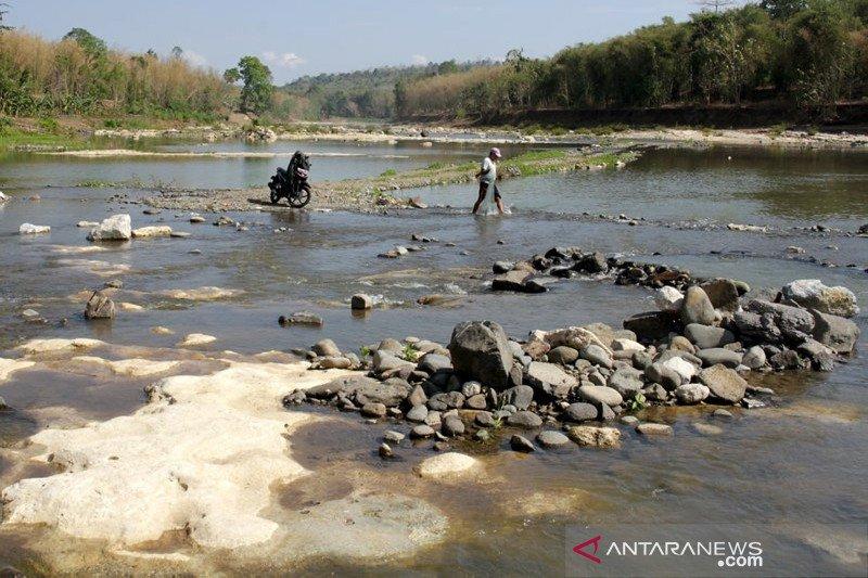 Debit air sungai Maros menyusut