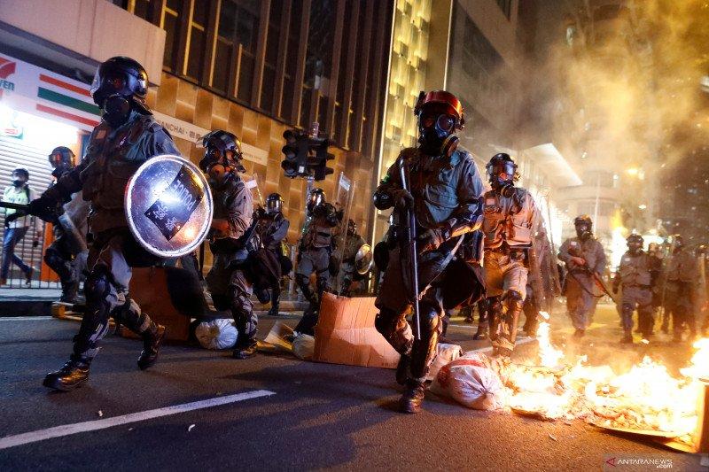 Polisi melepaskan tembakan saat massa di Hong Kong rusuh