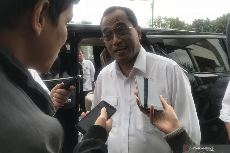 Minister urges Gojek, Grab to collaborate with locals on electric cars