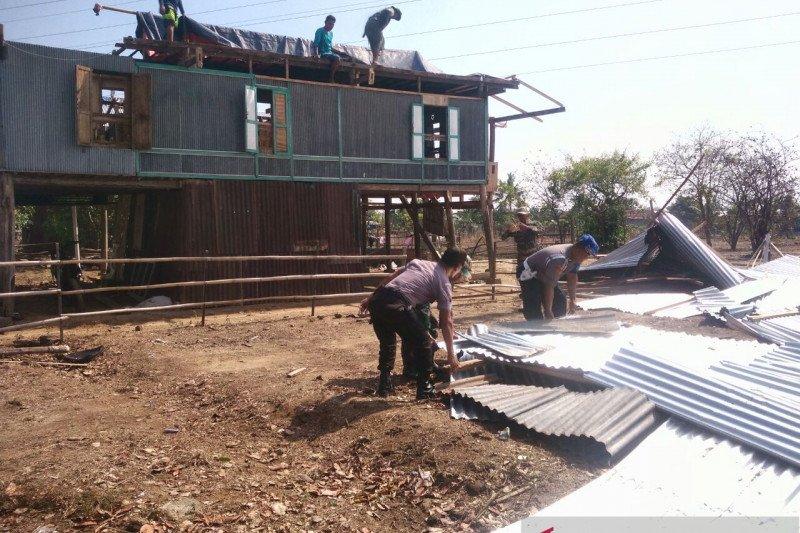 Anggota TNI-Polri  benahi rumah warga usai diterjang puting beliung