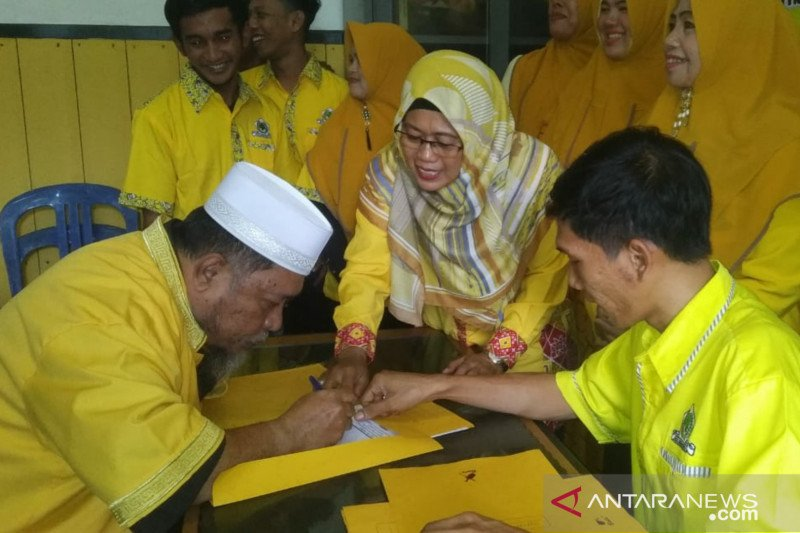 Suami istri daftar menjadi calon Bupati Natuna