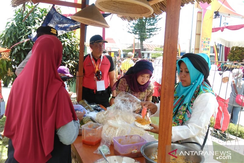 Traditional cuisine and student art attractions entertain TdS visitors