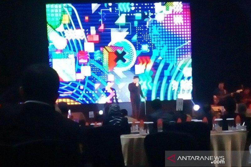 Fadly Padi hibur Konsumen PLN Sulselrabar di Makassar