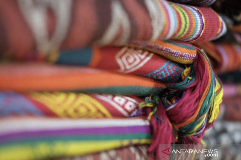 Mengenalkan tenun dan songket Indonesia kepada kaum milenial