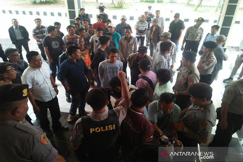 Puluhan pendukung calon kades datangi gedung DPRD Barut
